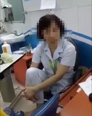 """Bác sĩ bị """"tố"""" gác chân lên ghế đối thoại với người nhà bệnh nhân"""