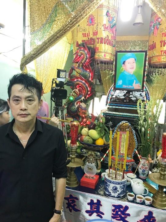 NS Khánh Tuấn bên quan tài của em trai - NS hài Khánh Nam