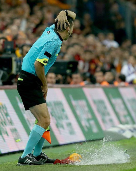 Trọng tài bị dội bom nước ở derby Istanbul - Ảnh 3.