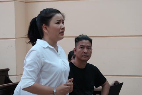 Diễn viên Ngọc Trinh khóc nức nở trước tòa - Ảnh 1.