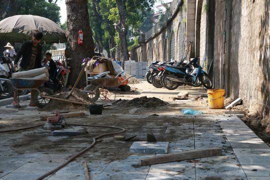 Kiểm tra đột xuất, Chủ tịch Hà Nội phát hiện lát đá vỉa hè bừa bãi - Ảnh 2.