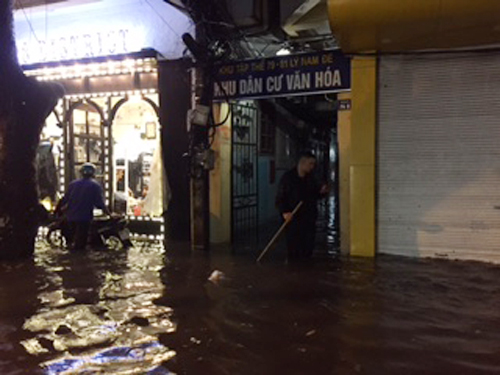 Mưa lớn, Hà Nội ngập sâu, giao thông hỗn loạn - Ảnh 9.