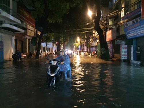 Mưa lớn, Hà Nội ngập sâu, giao thông hỗn loạn - Ảnh 10.