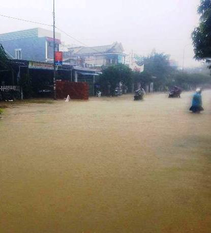 Nước lũ tại Huế lại lên, Đà Nẵng hàng ngàn hộ dân còn ngập - Ảnh 5.