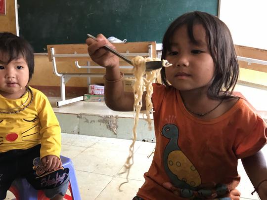 Báo Người Lao Động cứu trợ khẩn cấp người dân Mù Cang Chải - Ảnh 3.
