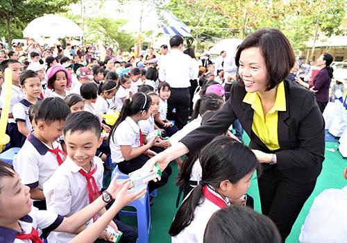 Khởi động hành trình trao sữa 10 năm liên tiếp của Quỹ sữa vươn cao Việt Nam: Trao tặng 46.500 ly sữa cho trẻ em tỉnh Quảng Nam - Ảnh 2.