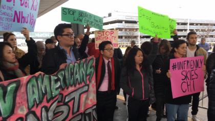 Một đám đông tập trung tại sân bay quốc tế OHare ở TP Chicago hôm 11-4 để phản đối hãng hàng không United Airlines. Ảnh: Reuters, WBBM