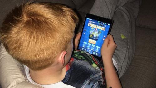 Alfie chơi game trên iPad vào dịp cuối tuần.