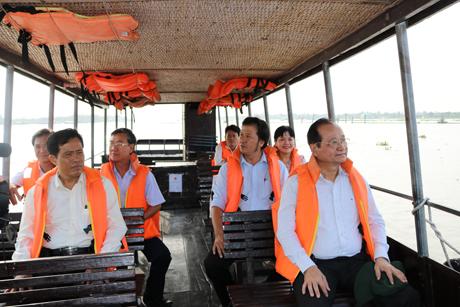 Ông Trần Thanh Đức (người ngồi hàng đầu bên phải), Phó Chủ tịch UBND tỉnh cùng lãnh đạo ngành du lịch tỉnh Tiền Giang trong một chuyến khảo sát thực tế tại chợ nổi Cái Bè.