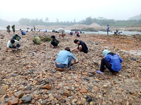 Hàng trăm người kéo về khu vực bến Chuối tìm kiếm đá quý nhiều ngày nay.