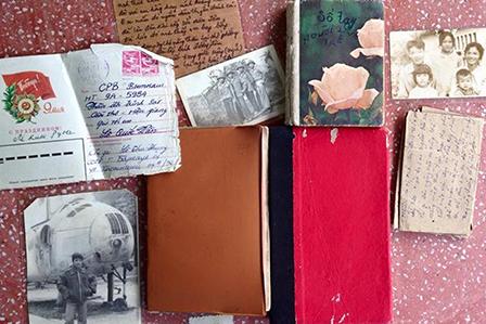 Một số kỷ vật của liệt sĩ Văn do đồng đội mang về giao lại cho gia đình. Ảnh: DUY KHÔI