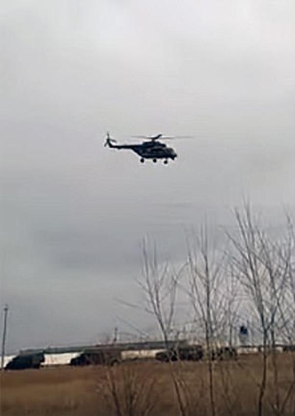 Nga điều cả trực thăng và xe chiến đấu bộ binh tới biên giới. Ảnh: DAILY MAIL