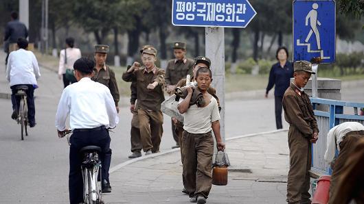 Người dân và binh sĩ đi lại trên đường phố thủ đô Bình Nhưỡng hồi tháng 10 năm ngoái. Ảnh: Reuters