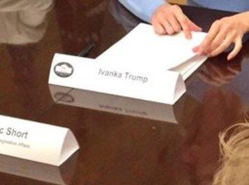 Tấm bảng tên bất thường của con gái ông Trump - Ảnh 2.