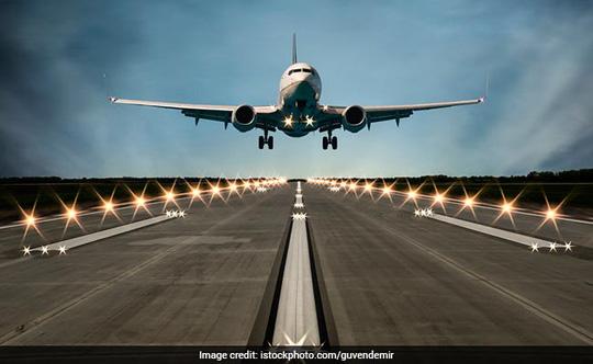 Máy bay va chạm xe tải tại sân bay, 8 người nhập viện - Ảnh 1.