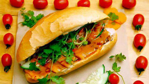 Hãng bay Malaysia mang bánh mì Việt Nam vào thực đơn - Ảnh 1.