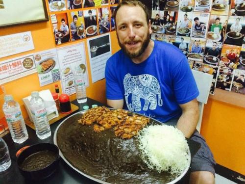 Ăn 10 kg cơm cà ri Nhật nhận thưởng 900 USD - Ảnh 1.