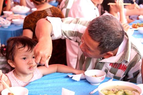 Rớt nước mắt ở bữa ăn hạnh phúc của người tù - Ảnh 1.