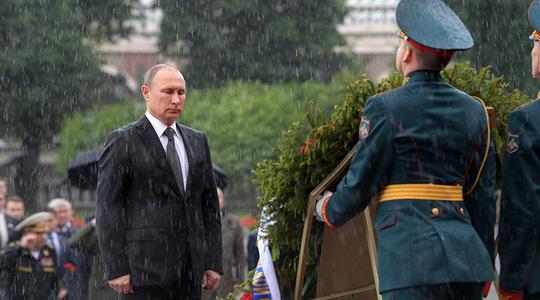 Tổng thống Putin đội mưa đặt vòng hoa trong vườn Alexander - Ảnh 1.