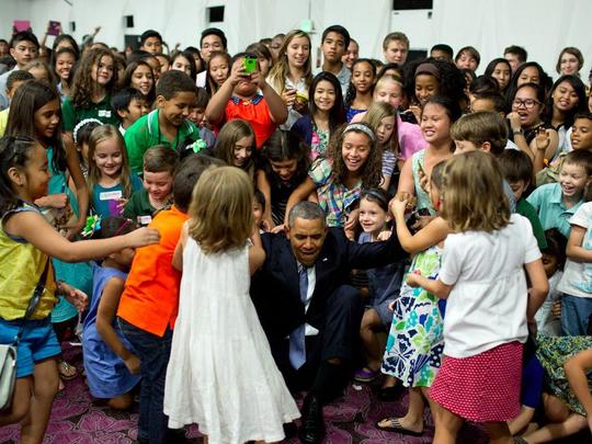 Ông Obama gây sốt với ảnh bế em bé Alaska - Ảnh 3.