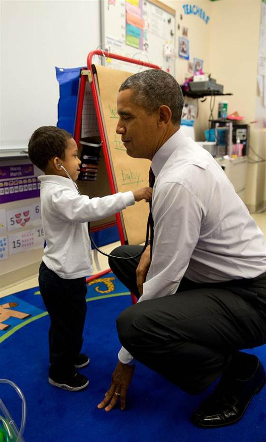 Ông Obama gây sốt với ảnh bế em bé Alaska - Ảnh 6.