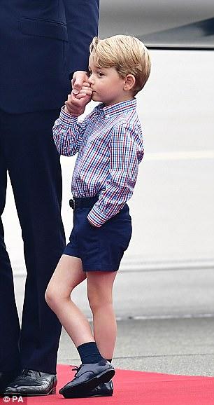 Hoàng tử bé George líu ríu tại sân bay Ba Lan siêu dễ thương - Ảnh 6.