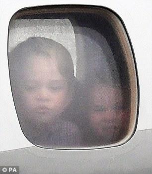 Hoàng tử bé George líu ríu tại sân bay Ba Lan siêu dễ thương - Ảnh 1.