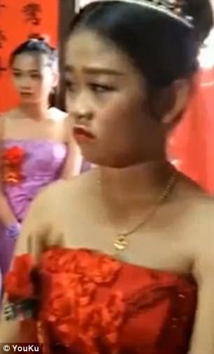 Cô dâu 13 tuổi ôm bụng bầu làm đám cưới gây sốt - Ảnh 5.
