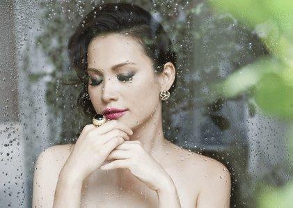 Nhan sắc đẹp lạ của Hoa hậu có nụ cười quyến rũ nhất Việt Nam - Ảnh 1.