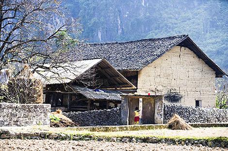 Cúi đầu bái phục kiến trúc nhà cổ của người Mông - Ảnh 1.