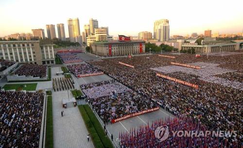 Biển người tuần hành cổ vũ ông Kim Jong-un đánh Mỹ - Ảnh 3.