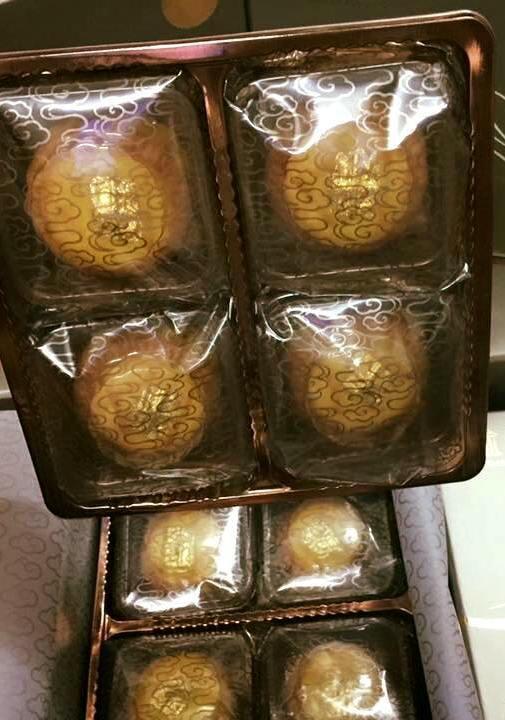 Bánh trung thu dát vàng 24K: Bán cả nghìn chiếc - Ảnh 2.