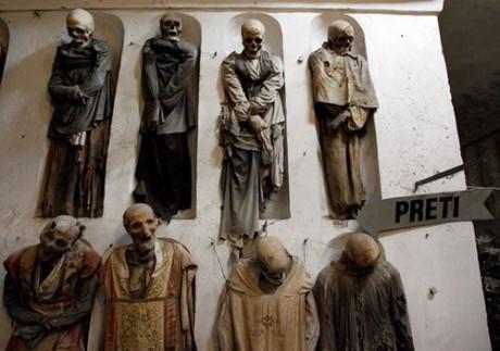 Bí mật những xác ướp trong hầm mộ Capuchin ở Italy - Ảnh 2.