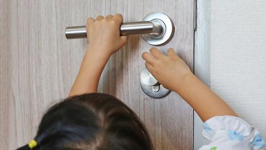 Kẹp tay vào cửa: Di chứng ám ảnh hơn bạn tưởng! - ảnh 1