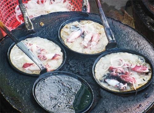 Bánh xèo mực và vịt Cầu Dứa cho ngày mưa gió ở Nha Trang - Ảnh 1.