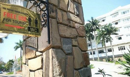 Một số khách sạn trên đường Lê Lợi cũng đã gắn biển nhà vệ sinh phục vụ du khách