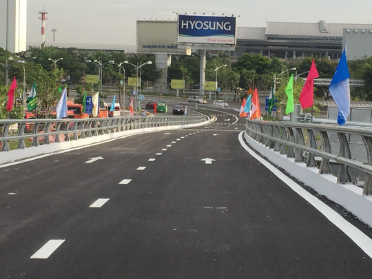 Thông xe cầu vượt ở 2 nút giao cửa ngõ sân bay Tân Sơn Nhất - Ảnh 5.
