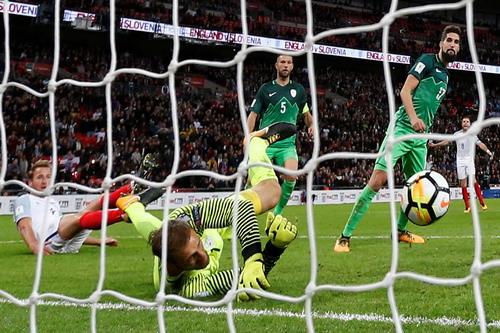 Hậu vệ tỏa sáng phút 90+4, tuyển Anh có vé dự World Cup - Ảnh 3.