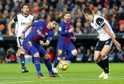 Trọng tài quyết phá, Barcelona suýt trắng tay ở Mestalla - Ảnh 1.