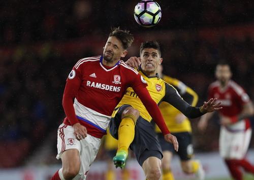 Hàng thủ Arsenal vất vả với các chân sút Moddlesbrough đầu trận