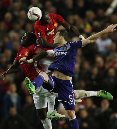 Tranh chấp bóng giữa Pogba và cầu thủ Anderlecht