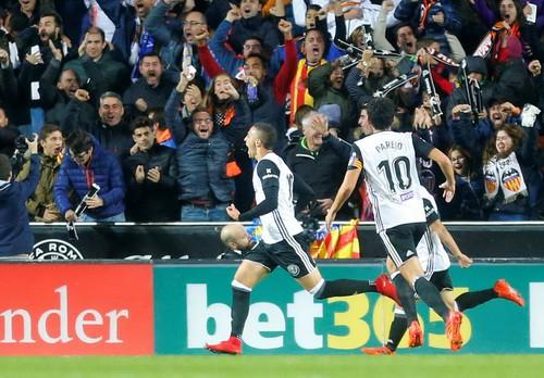 Trọng tài quyết phá, Barcelona suýt trắng tay ở Mestalla - Ảnh 3.