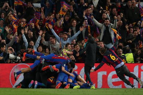Sân Nou Camp vỡ òa trong niềm vui sau bàn thắng thứ 6 của Sergi Roberto