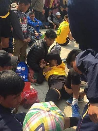 Một cầu thủ chấn thương chân ở giải hội làng hồi đầu năm