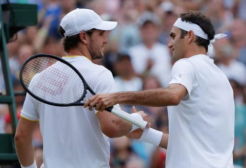 Djokovic lạnh lùng thoát hiểm, Federer chờ đối đầu tiểu Federer - Ảnh 5.