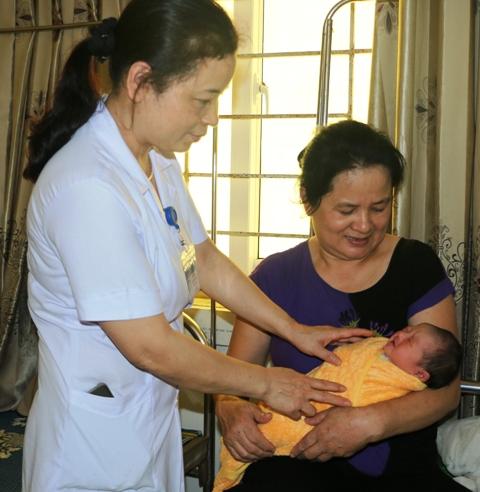 Cứu sống mẹ con sản phụ mang thai ngoài tử cung cực hiếm - Ảnh 2.