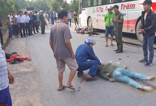 Va chạm với xe khách, 2 người phụ nữ tử vong thương tâm - Ảnh 1.