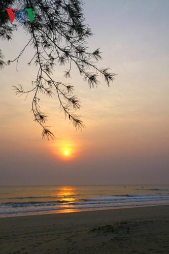 Ngắm vẻ đẹp của bãi biển hoang sơ dưới chân đèo Ngang - Ảnh 1.