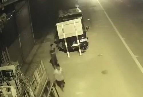 Hai thiếu niên trộm xe tải chạy hàng chục cây số rồi… đâm vào cột đèn - Ảnh 1.