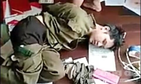 Tướng công an cùng đồng đội quật ngã tên cướp khống chế con tin - Ảnh 1.